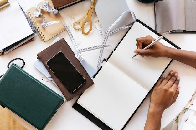 Vrouw die op een notitieboekje plant