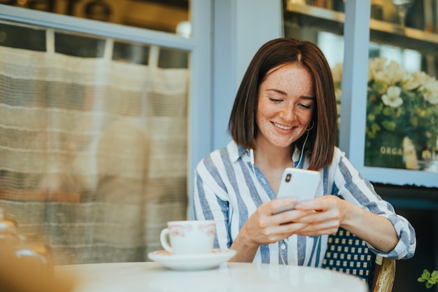 Vrouw die op een online video let