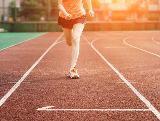 Vrouw die op een track