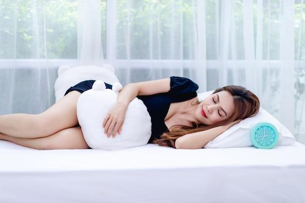 Vrouw die op een witte matras rust
