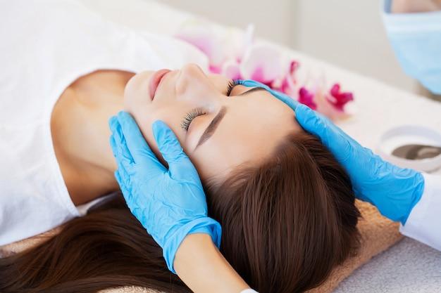Vrouw die op gezichtsbehandeling in schoonheidsstudio wacht
