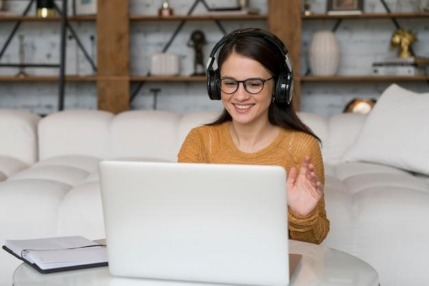Vrouw die op haar laptop werkt