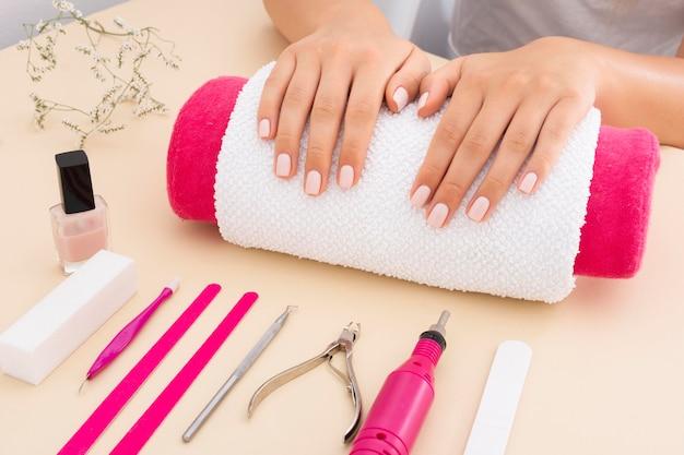 Vrouw die op haar manicure wacht die moet worden gedaan