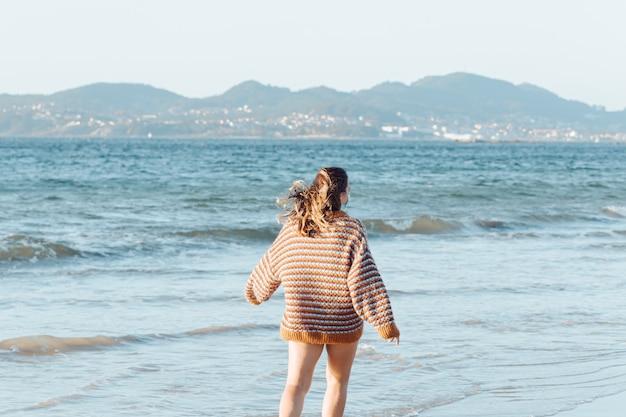Vrouw die op het strand loopt