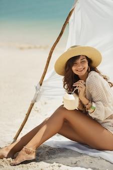 Vrouw die op het strand tijdens vakantie rust