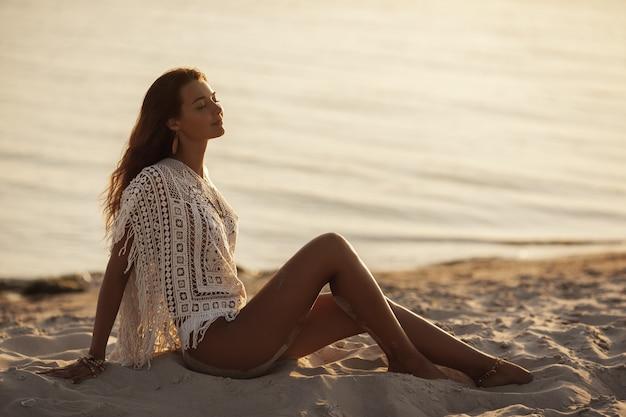 Vrouw die op het strand tijdens vakanties rust