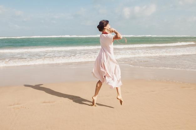 Vrouw die op het strandzand loopt
