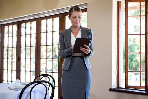 Vrouw die op klembord schrijft