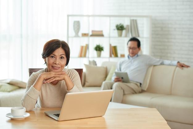 Vrouw die op laptop werkt