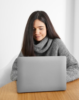 Vrouw die op laptop werkt Premium Foto