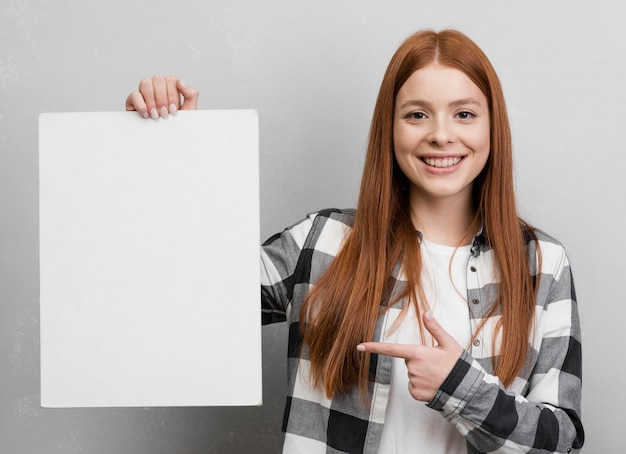 Vrouw die op leeg document richt