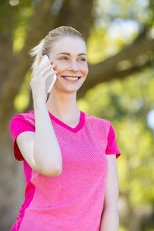 Vrouw die op mobiele telefoon spreekt