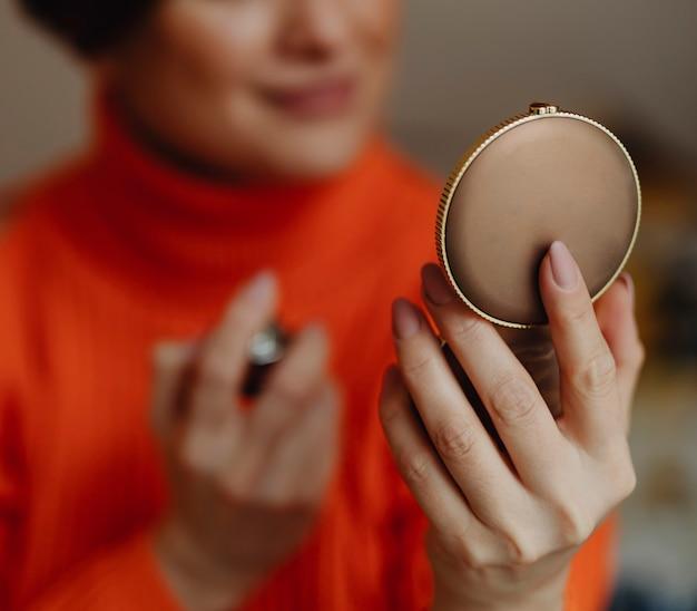 Vrouw die op parfum zet