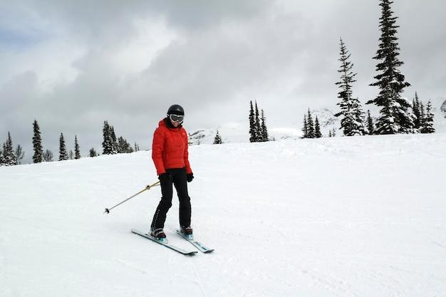 Vrouw die op sneeuw behandeld landschap, fluiter, brits colombia, canada skiô