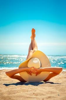 Vrouw die op strand ligt