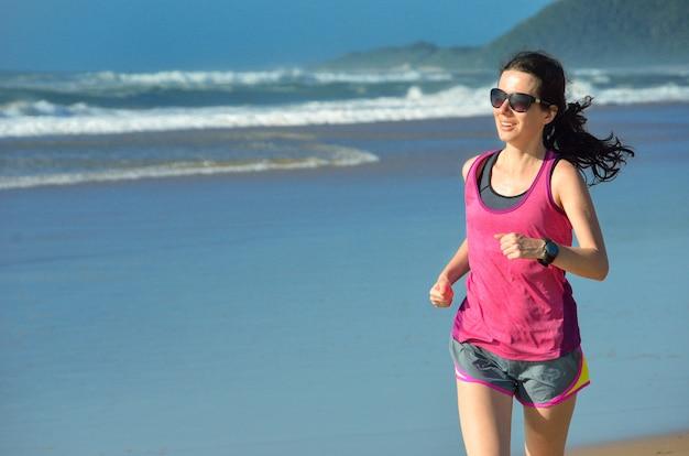Vrouw die op strand, mooi meisjesagent in openlucht joggen, opleiding voor marathon, het uitoefenen en geschiktheidsconcept lopen