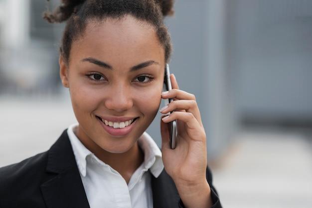 Vrouw die op telefoon dicht omhoog spreekt