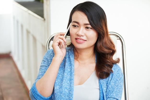 Vrouw die op telefoon spreekt