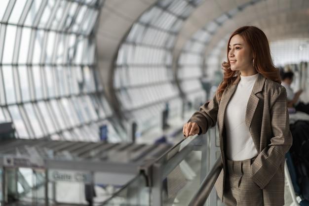 Vrouw die op vlucht in luchthaven wacht