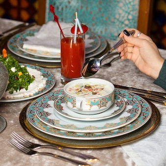 Vrouw die op yoghurt gebaseerde maaltijd eet in het restaurant