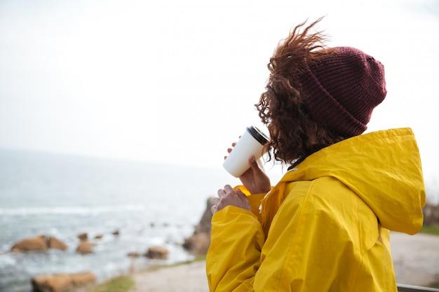 Vrouw die op zee in daling kijkt