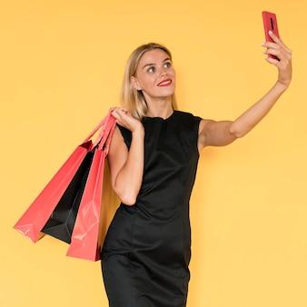 Vrouw die op zwarte vrijdagverkoop een zelffoto neemt