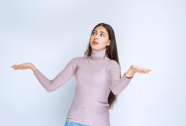 Vrouw die open hand gebruikt om iets te presenteren of uitleg te geven.