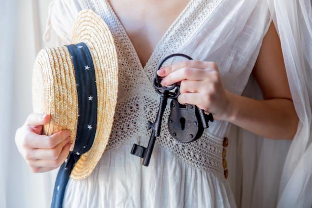 Vrouw die oude sleutel in handen houdt