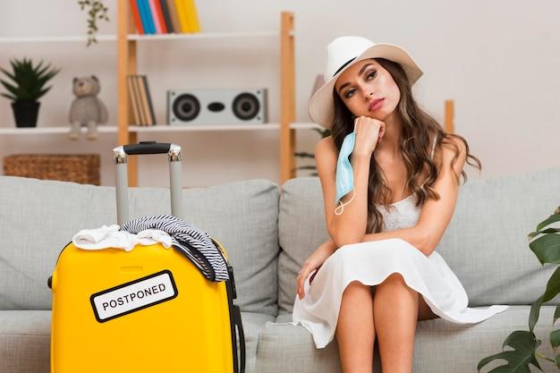 Vrouw die over haar uitgestelde vakantie denkt