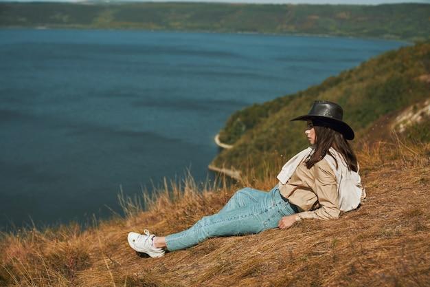 Vrouw die pauze heeft tijdens het reizen in bakota area