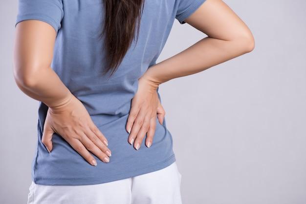 Vrouw die pijn heeft in gewonde rug. gezondheidszorg en rugpijn concept.