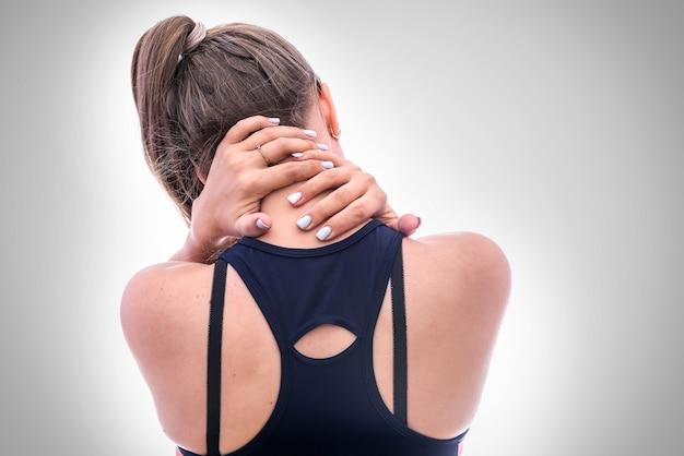 Vrouw die pijn in de nek vult vanaf de achterkant. ze houdt haar handen daar