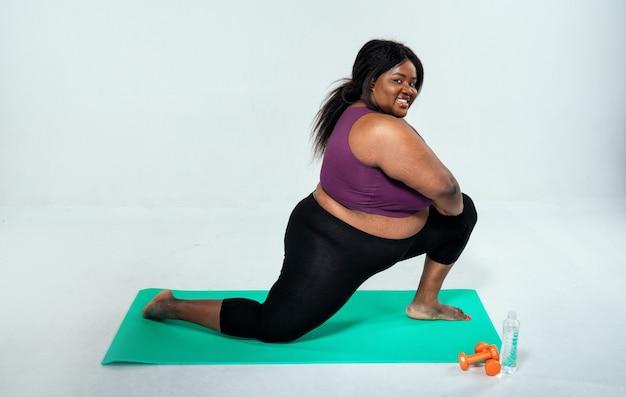 Vrouw die pilates en functionele training maakt bij sportschoolconcept over sportfitness en gewichtsverlies