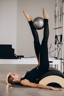 Vrouw die pilates met een bal doet