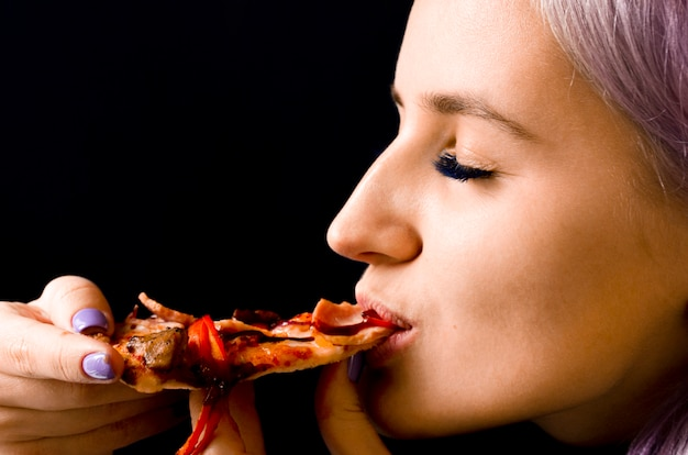 Vrouw die pizza eet