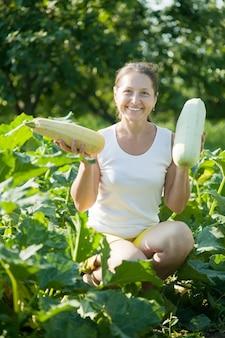 Vrouw die plantaardig merg plukt