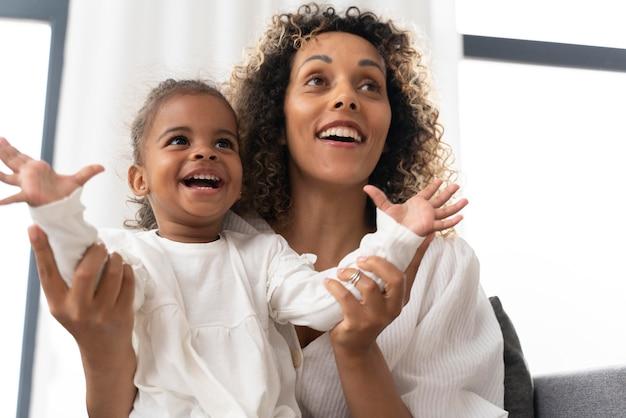 Vrouw die plezier heeft met haar babymeisje