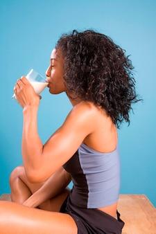 Vrouw die post-trainingmelk drinkt
