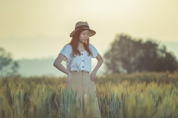 Vrouw die pret heeft bij gerstgebied in de zomer