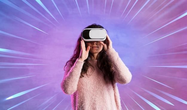Vrouw die pret met virtuele werkelijkheidshoofdtelefoon heeft
