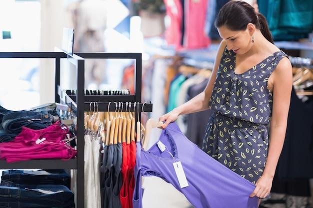 Vrouw die prijskaartje bekijkt