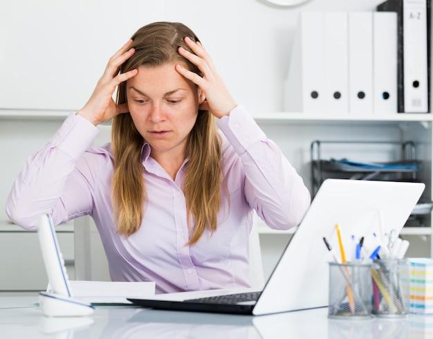 Vrouw die probleem in bureau heeft