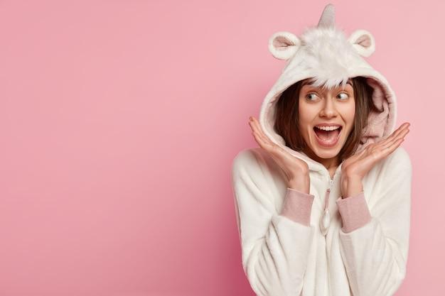 Vrouw die pyjama's met konijnenoren draagt