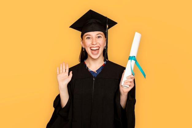 Vrouw die regalia draagt met haar diploma voor afstuderen