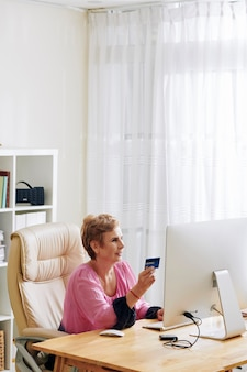 Vrouw die rekeningen online betaalt