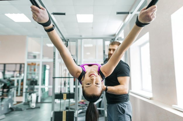 Vrouw die revalidatieoefeningen met persoonlijke instructeur doet