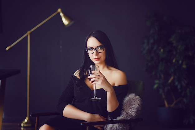 Vrouw die rode wijn drinkt
