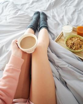 Vrouw die 's ochtends koffie drinkt