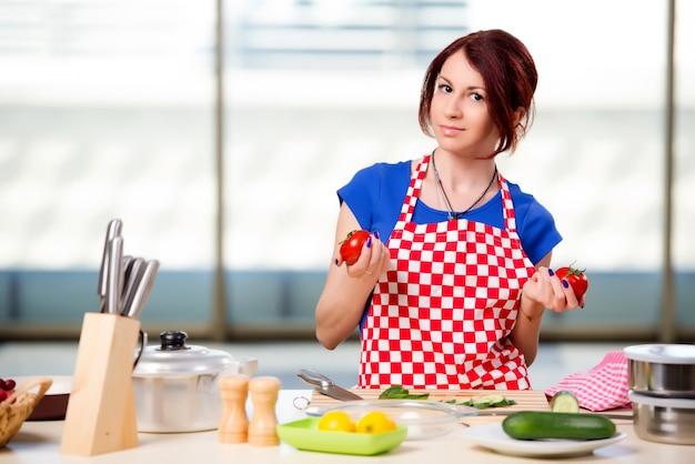 Vrouw die salade in de keuken voorbereidt