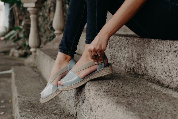 Vrouw die sandalen draagt